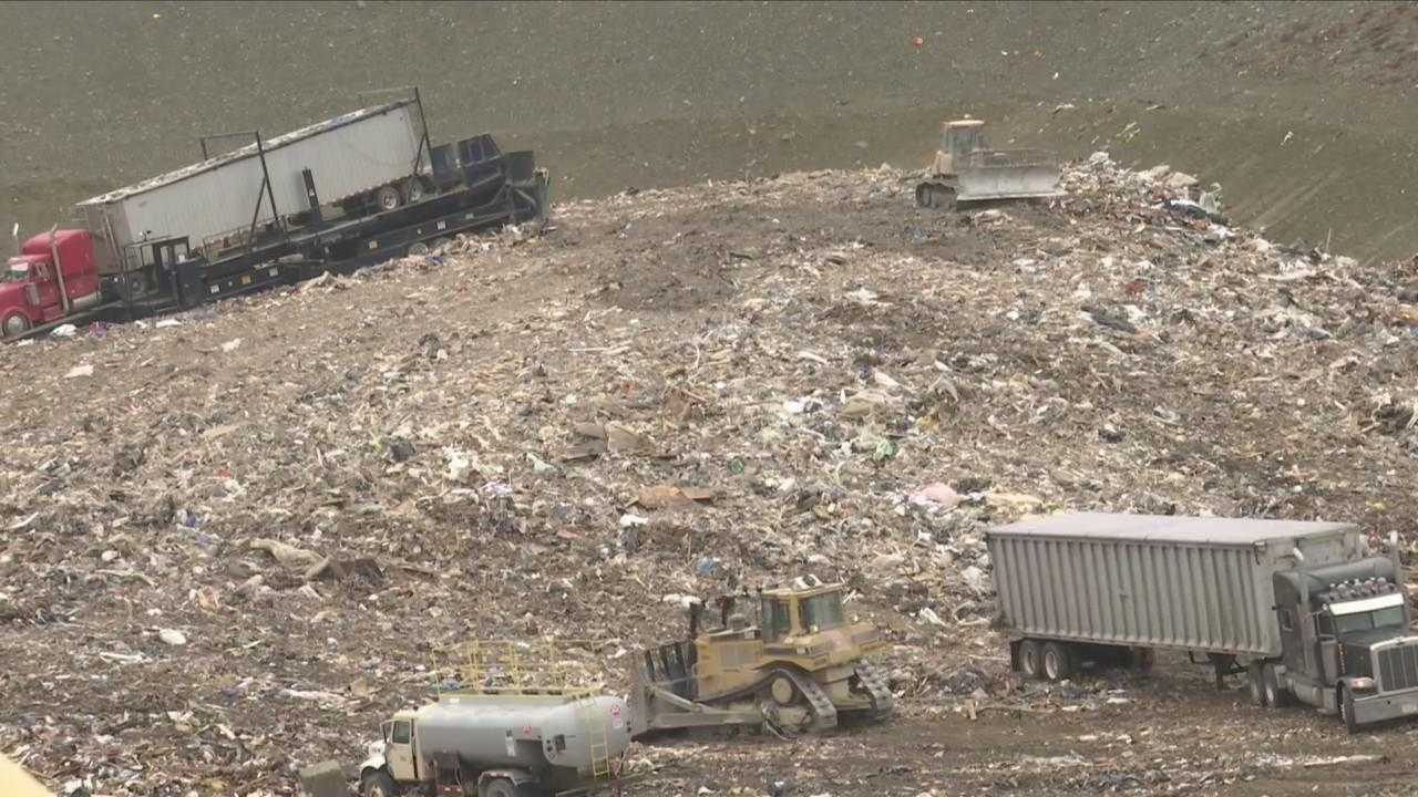 Neighbors_oppose_Hakes_Landfill_looking__0_20180328213524