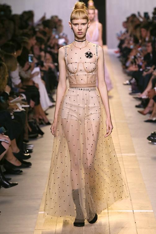 Un mood che è come se questo look tratto dalla collezione PE 2017 Dior  reinterpretasse ed arricchisse di una contemporaneità del ... 142abe0ffa7f