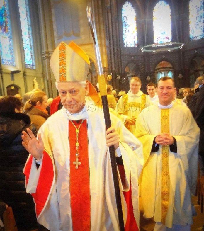 Un anniversaire qui a commencé par la dédicace de l'autel par Monseigneur Aumônier, Évêque de Versailles.
