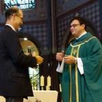 Le nouveau Curé de Sainte Marguerite au Vésinet reçoit les clés de l'église