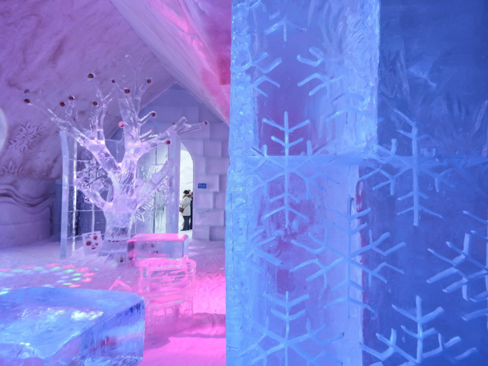 Hôtel de Glace // Straight Chillin' at Québec City's Ice Hotel   Québec City's ice hotel   Snowflakes on the wall of the ice bar