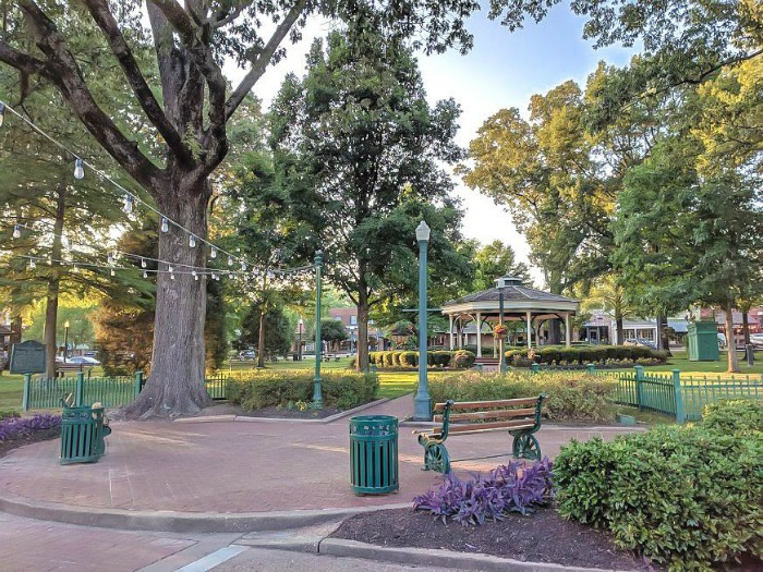 200 things to do in memphis, tennessee for first-time visitors, a local's guide | Collierville town square #collierville #memphis #traveltips #townsquare