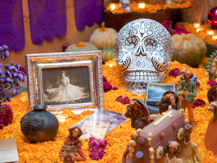 How to dress for Day of the Dead // Día de los Muertos, How to dress like a catrina, etc. Tips for men and women when celebrating in Mexico and beyond. Facepaint, flower crowns, what to wear, etc. #dayofthedead #mexico #diadelosmuertos #catrina #makeup #facepaint