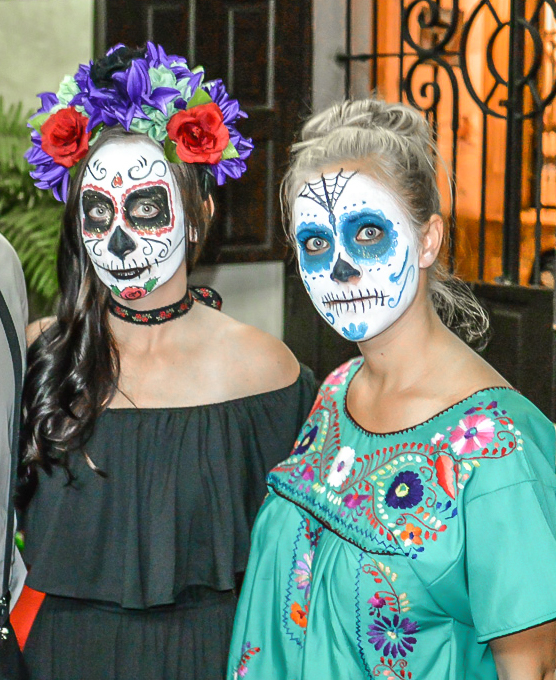 How to dress for Day of the Dead // Día de los Muertos, How to dress like a catrina, etc. Tips for men and women when celebrating in Mexico and beyond. Facepaint, flower crowns, what to wear for day of the dead, etc. #dayofthedead #mexico #diadelosmuertos #catrina #makeup