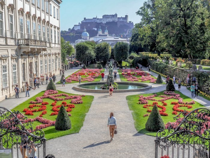 How to Squeeze in a Day Trip to Salzburg from Munich | Austria to Germany | Sound of music, mozart, castle, brewery, museums #salzburg #austria #thesoundofmusic #beer #mozart #daytrip #castle | Mirabell gardens and flowers