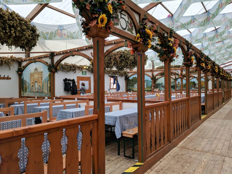 How to decorate for an Oktoberfest party at home / Backyard Beerfest / Backyard Bierfest / At-Home Oktoberfest / Oktoberfest party decorations #oktoberfest #partyideas #munich #germany #bavaria #backyardparty #mywanderlustylife