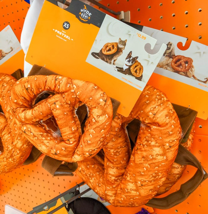oktoberfest gift ideas, perfect gifts for oktoberfest lovers: pretzel costume for cats and dogs