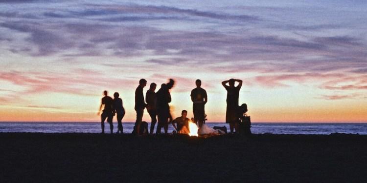 jongeren op het strand