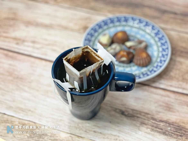 正在滴漏的濾掛式咖啡與巧克力