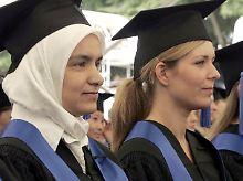 Rechte für Frauen: Weibliche Absolventen der geisteswissenschaftlichen Fakultät der Universität Bonn, darunter auch eine junge Frau mit Kopftuch.