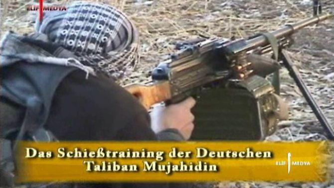 Ausschnitt aus einem Propaganda-Video, dass Deutsche beim Schießtraining zeigt.