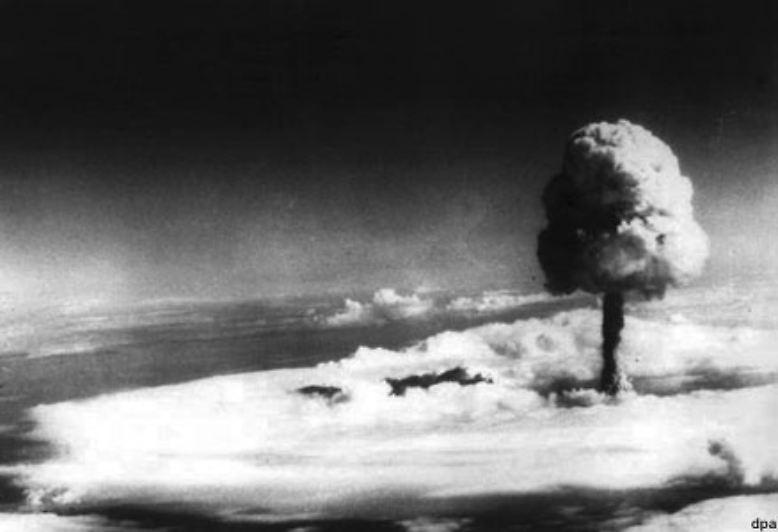 1960 folgen die Franzosen. Ihre ersten Versuche unternehmen sie in der Sahara-Wüste Algeriens. Später finden die Tests auf den französisch-polynesischen Inseln im Südpazifik statt (Foto vom ersten Atomtest auf dem Fangataufa-Atoll 1968), ...