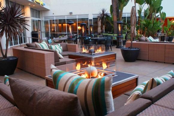 beverly-hilton-pool-patio_54_990x660