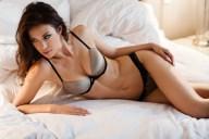Sexy Raubkatze wartet im Bett