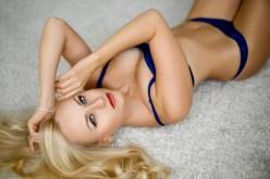 Tolle Blondine lauert auf dem Teppich