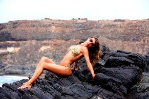 Sexy Bikini Girl auf dem Felsen