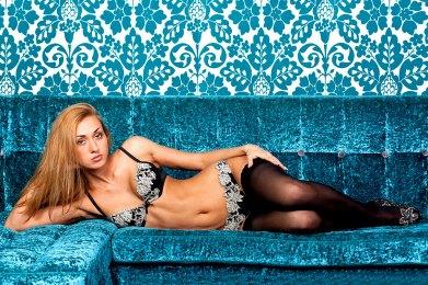 Sexy Blondine in halterlosen Strümpfen