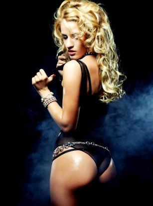 Sexy Blondine mit knackigem Po