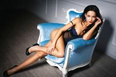 Traumgirl wartet im Sessel