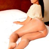 Sexy Girl mit Traumpo im Hotelbett