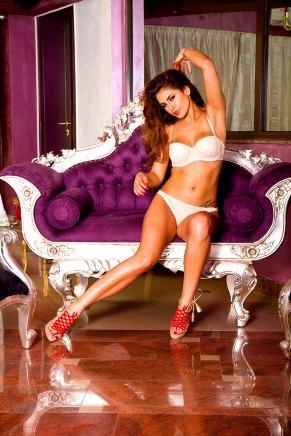 Sexy Glamourgirl auf der Couch