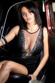 Sexy Latina im Auto