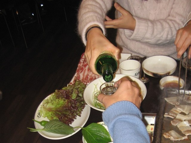 Korean_table_manner_while_drinking