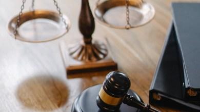 صورة محامٍ في قفص الاتهام في قضية احتيال ضريبية