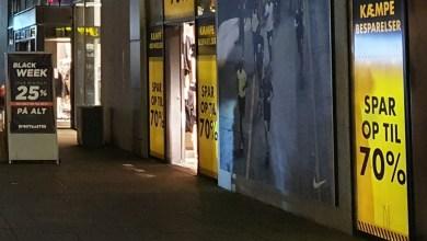 صورة الشرطة تذكر بالكمامات وبالتباعد الاجتماعي عند التسوق اليوم في Black Friday