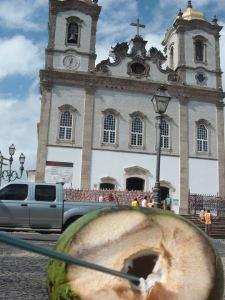 agua de coco e igreja