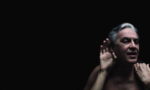 Caetano Veloso avvolge il pubblico di Bari con il suo Abraçaço