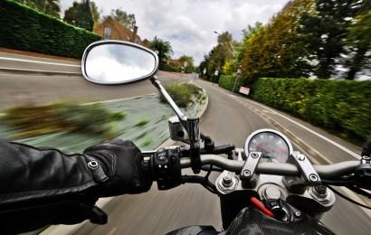 Motorradunfall wegen nasser Fahrbahn