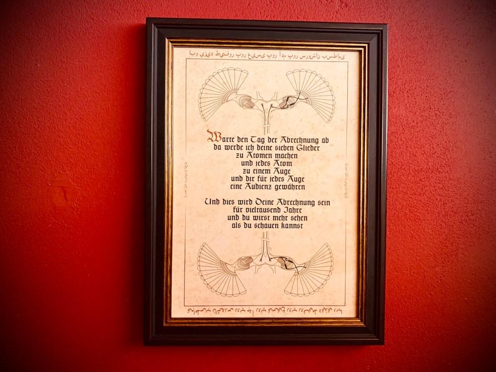 """Nachtgnosis Artprint A4 """"TAG DER ABRECHNUNG"""" aus ORATIO Serie in REVELATUS Rahmen auf Vintage Papier an roter Wand"""