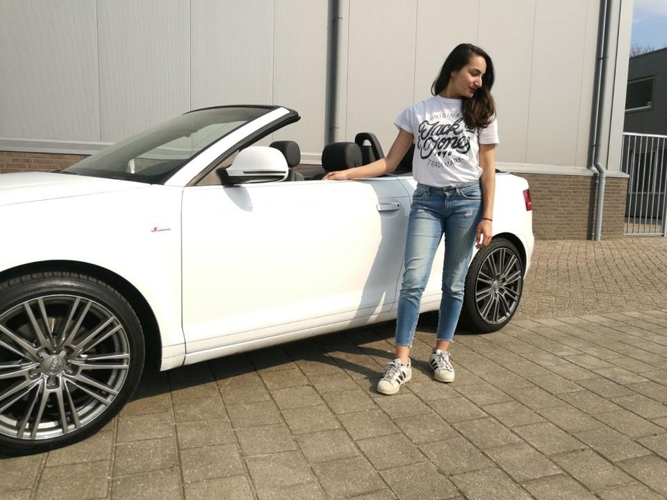 Meisje met cabriolet tijdens outfit shoot