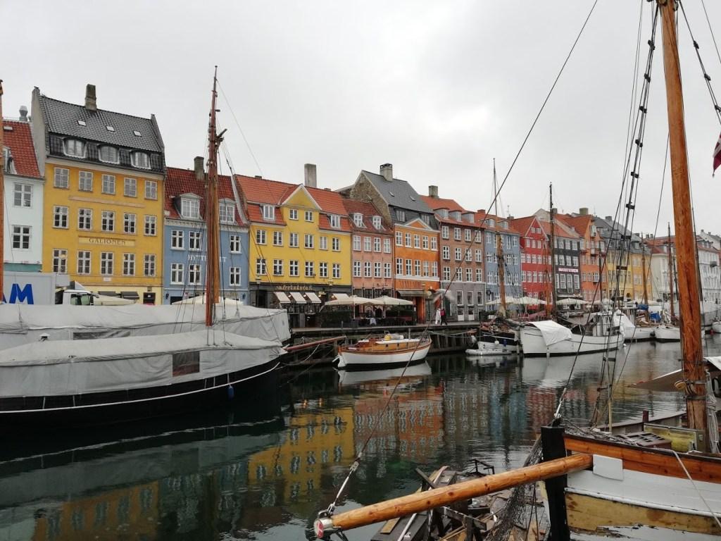 Een foto van het kleurrijke Nyhavn in Kopenhagen, Denemarken