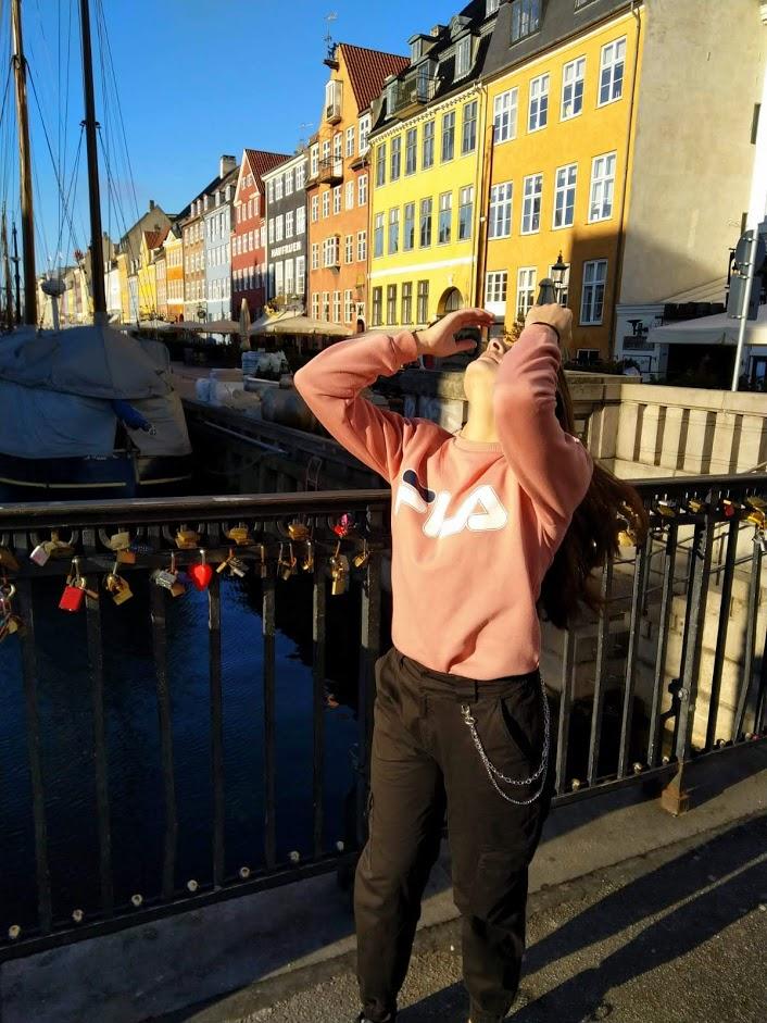 Outfitshoot op Nyhavn in cargo pants