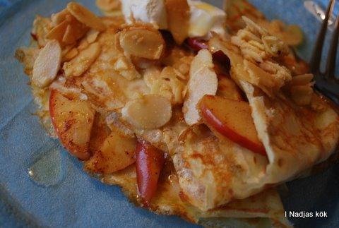 Pannkakor med stekta äpplen