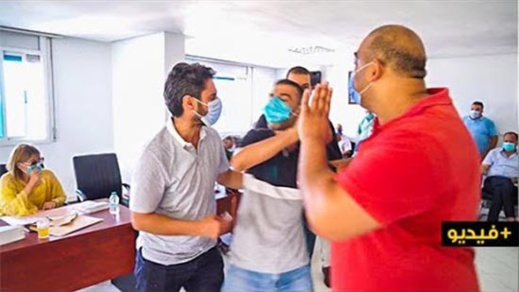 شاهدوا.. عامل نظافة يقتحم دورة مجلس جماعة الناظور ويصرخ : عطيونا حقنا