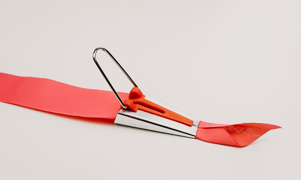 Schrägbandformer mit Stoff zum Schrägband selber erstellen