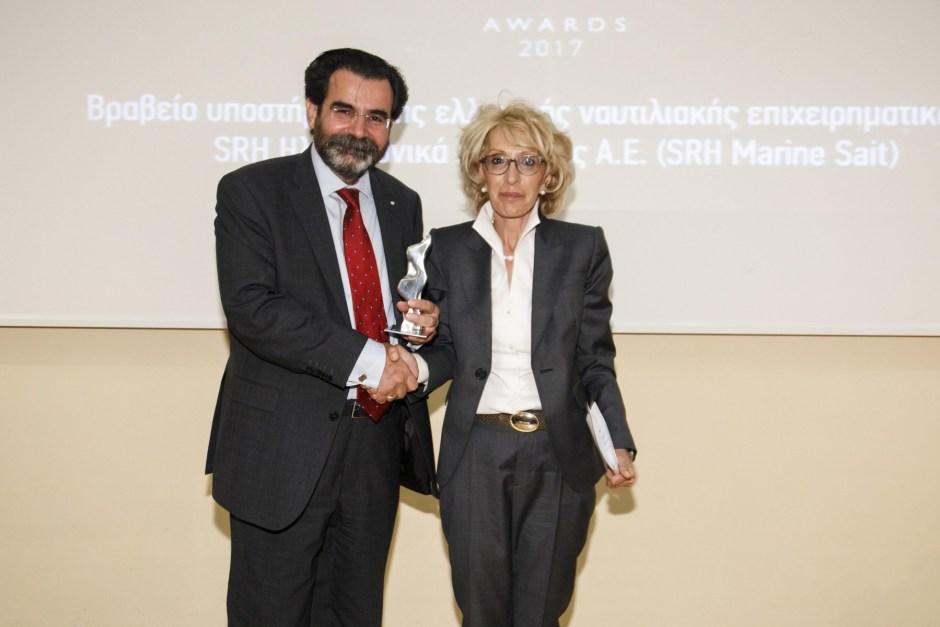 Η κα Αθηνά Βεζύρη, μη εκτελεστική πρόεδρος της SRH Ηλεκτρονικά Ναυτιλίας Α.Ε., παραλαμβάνει το βραβείο απότον κ. Σπύρο Γκούμα, Managing Director της SQLearn