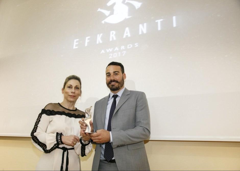 Ο κ. Λεωνίδας Σπύρου Πολέμης, εκ μέρους της Polembros Shipping, παραλαμβάνει το βραβείο απότην κα Αθηνά Κανελλάτου, Regional Director of Mediterranean της Macgregor