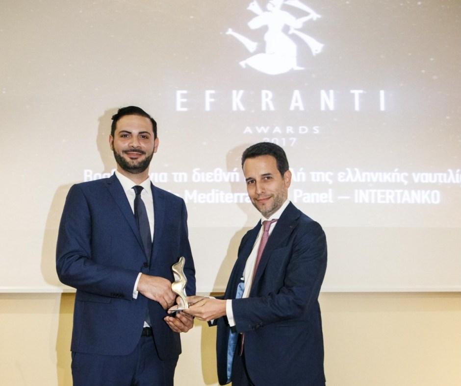 Ο κ. Βασίλης Μπακολίτσας παραλαμβάνει το βραβείο, εκ μέρους του Hellenic Mediterranean Panel- INTERTANKO, από τον κ. Παναγιώτη Μάλλιο, Managing Director της Seabright