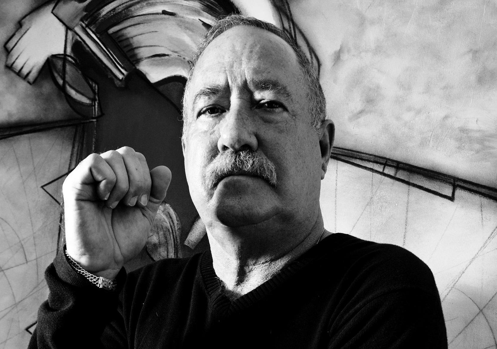 NAGARI CONVERSA CON EL ARTISTA CUBANO VÍCTOR GÓMEZ. (Fotografía de Carlos Cardenes)