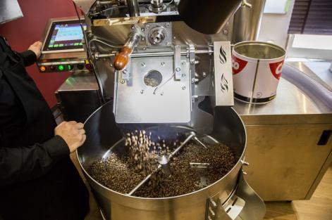 コーヒー豆は浅煎りから深煎りまでを用意。豆の焼き色の具合を専用の機械で図ることで、品質を管理している