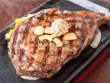 〈いきなりステーキ〉にはオープン当日から行列ができるなど注目度も抜群