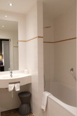 Hotel Montanus In Bruges, A Homely Feel Hotel With Warm And Friendly Hotel Crew - Bathtub view