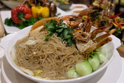 Ginger At PARKROYAL On Beach Road Dishing Pincer Feast - Bee Hoon Crab