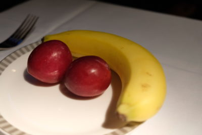 Business Class On SQ826, Flying Singapore Airlines To Shanghai - Fruits