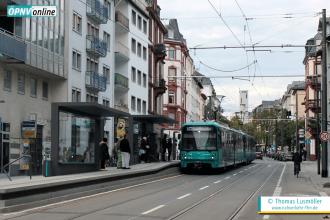 """U5-25-Tw 681 fährt mit einem Schwesterfahrzeug am 9. Oktober 2016 in die Station """"Musterschule"""" Richtung Hauptbahnhof ein."""