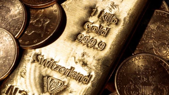 Gold falls 1% as dollar accelerates rally